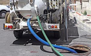 Plombier avec camion hydrocureur